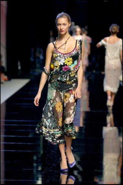 Toujours en 2005, Beatrice Borromeo avait également fait la joie des photographes couvrant les fashion weeks milanaises, en défilant pour la collection de prêt-à-porter printemps-été 2005 de la maison Blumarine.