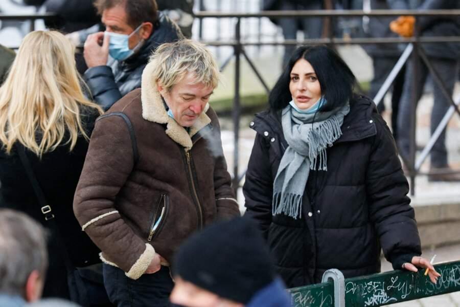 Aux abords de l'église Notre Dame de La Croix, le chanteur Cali et Sylvie Ortega, l'ex-belle fille de Sheila, étaient présents pour les obsèques de Richard Aujard, célébrées à Paris, ce vendredi 12 février 2021.