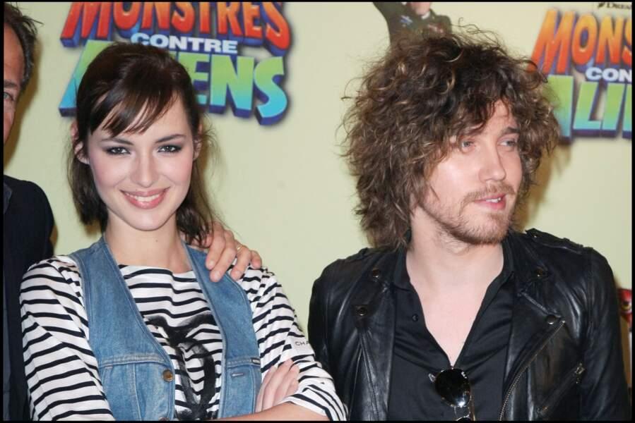 """Louise Bourgoin et Julien Doré, lors du photocall du film """"Monstres contre Aliens"""", à Paris, en mars 2009."""