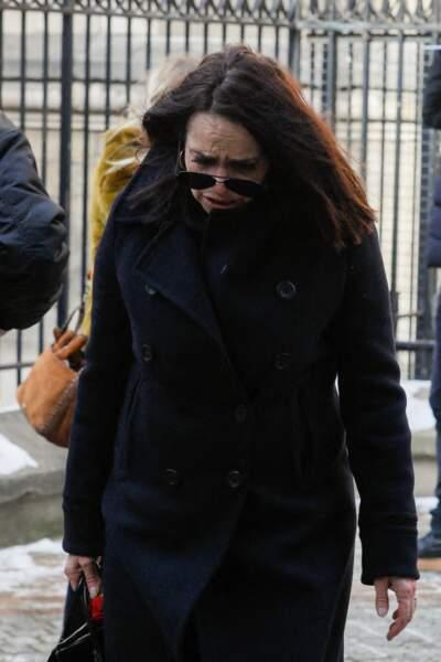 Présente aux obsèques du photographe Richard Aujard, Béatrice Dalle, gagnée par l'émotion, a tenté de dissimuler ses larmes derrières des lunettes teintées.