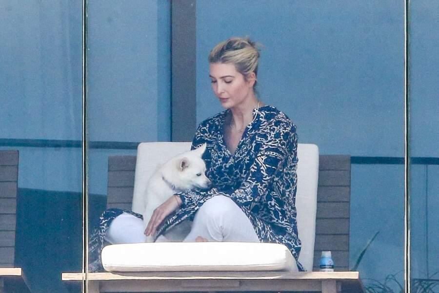 Ivanka Trump sur le balcon de son appartement en compagnie de son chien
