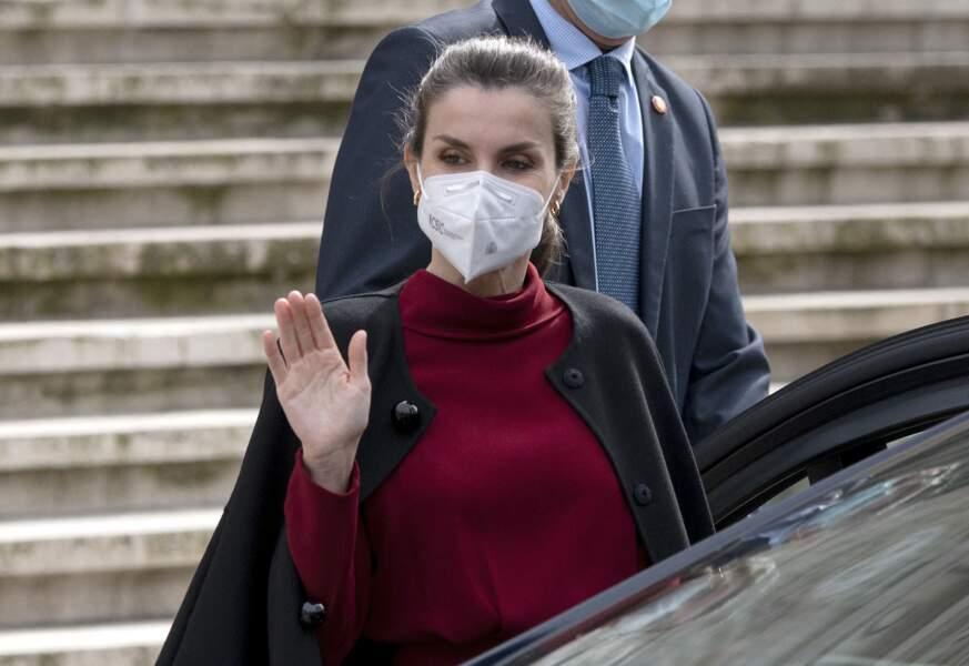"""La reine Letizia, dans un ensemble rouge et noir, s'est rendue à l'exposition """"Concepción Arenal, la passion humaniste"""", le 16 février 2021, à Madrid."""
