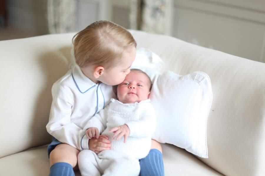 Première photo officielle de la princesse Charlotte avec son frère le prince George en mai 2015.