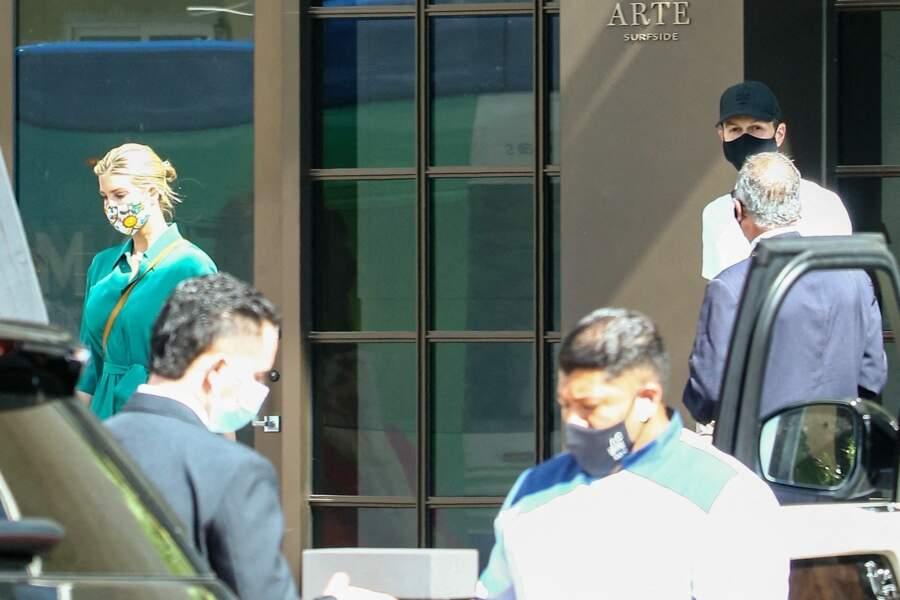 Ivanka Trump et Jared Kushner sortent d'un bâtiment de Miami Beach entourés de leurs agents de sécurité