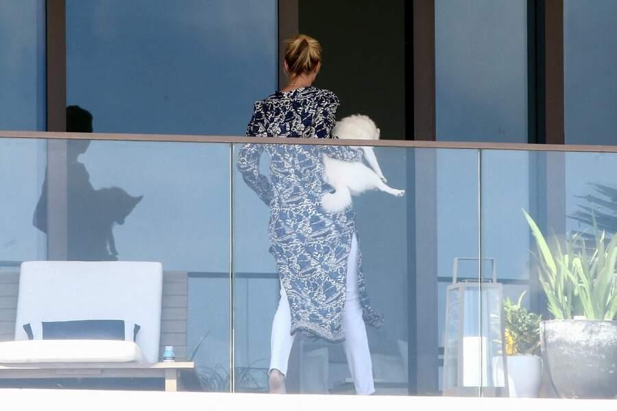 Ivanka Trump profite du soleil de Miami depuis le balcon de son appartement avec son chien dans les bras
