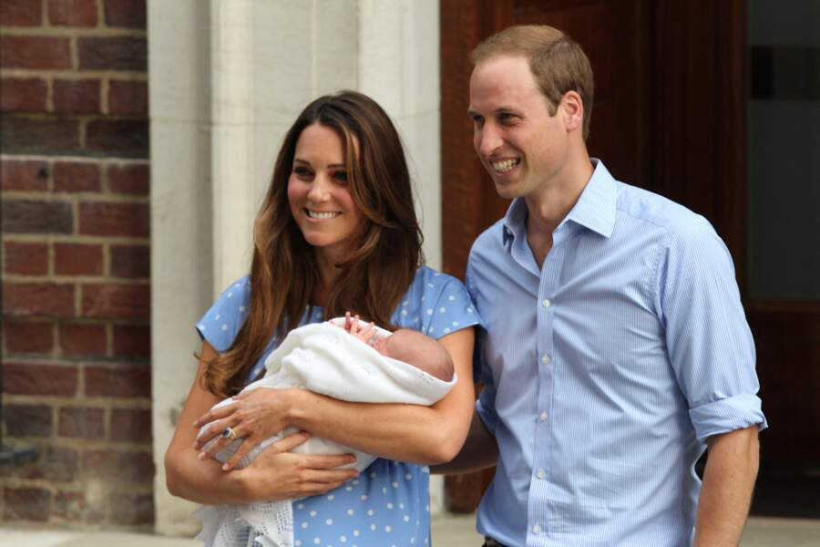 Le prince William et Kate Middleton  sortant de l'hôpital St Mary à Londres le 23 juillet 2013.