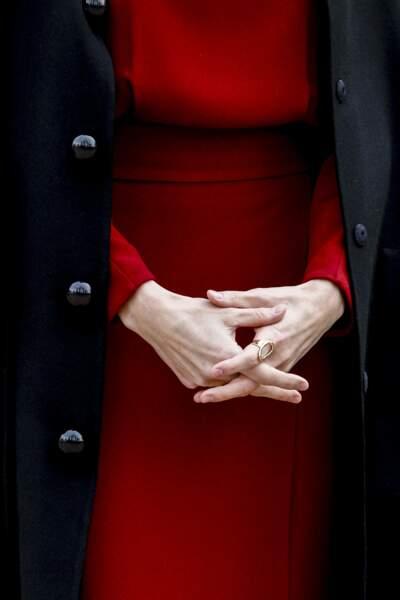 """La reine Letizia d'Espagne a revêtu une robe rouge pour sa visite de l'exposition """"Concepción Arenal, la passion humaniste"""", à Madrid, ce 16 février."""