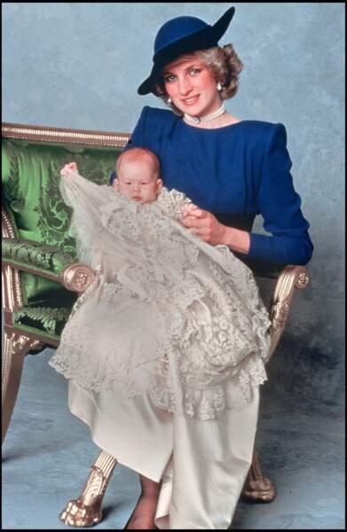 Le prince Harry le jour de son baptême dans les bras de sa mère Lady Diana en 1984.
