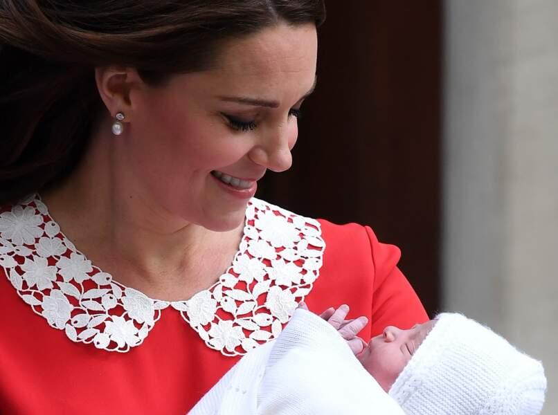 Kate Middleton quitte Le Lindo Wing à l'hôpital St Mary après la naissance de son troisième enfant, le prince Louis, le 23 avril 2018.