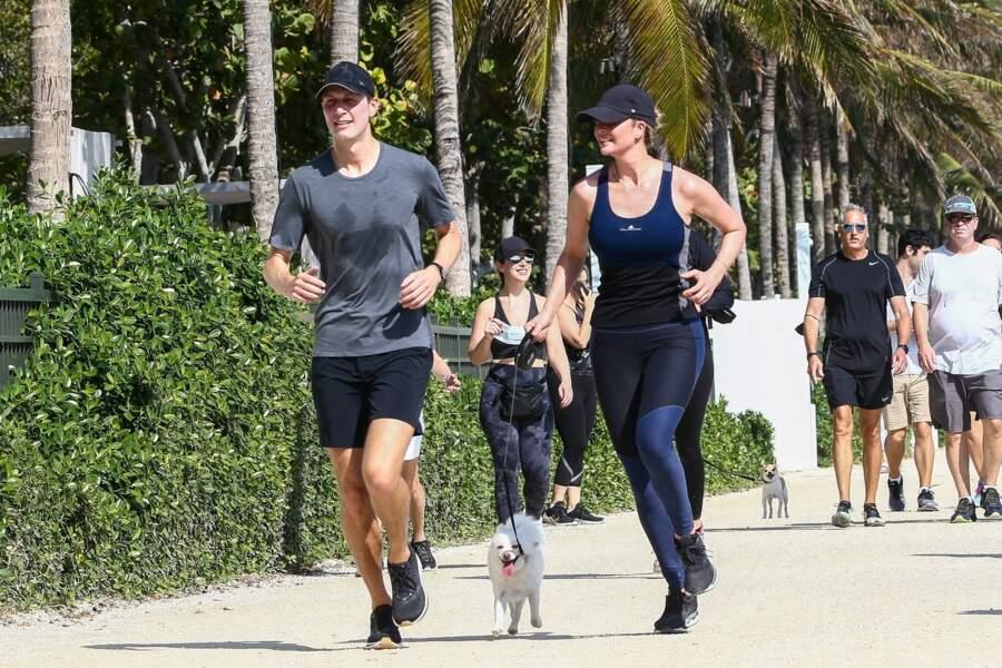 Le couple a profité de cette séance de sport pour promener leur chien.