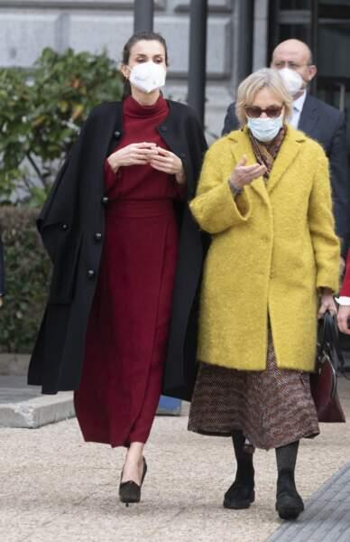"""La reine Letizia arrive au centre Acción Cultural Española pour visiter l'exposition """"Concepción Arenal, la passion humaniste"""", le 16 février 2021, à Madrid."""