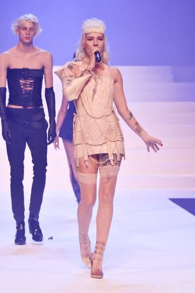 """La chanteuse Demi-mondaine - Défilé de mode Haute-Couture printemps-été 2020 """"Jean Paul Gaultier"""" à Paris, le 22 janvier 2020"""