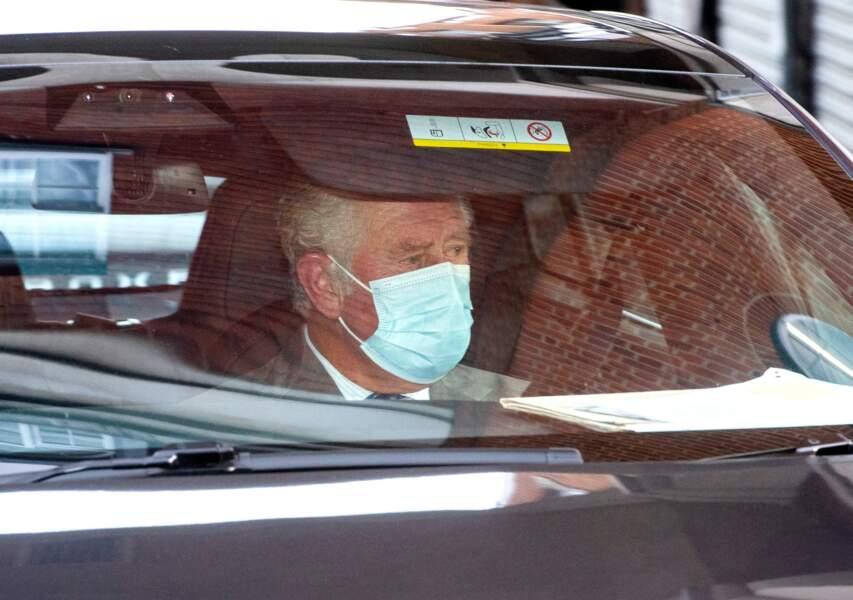 La première visite du prince Charles à son père à l'hôpital