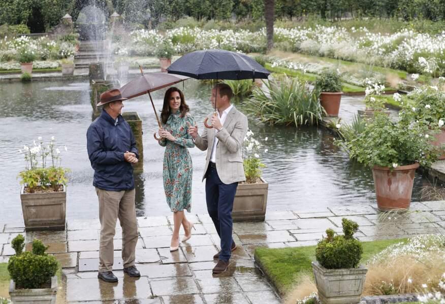 Le prince William et Kate Middleton lors d'une promenade dans les jardins du palais de Kensington, le 30 août 2017