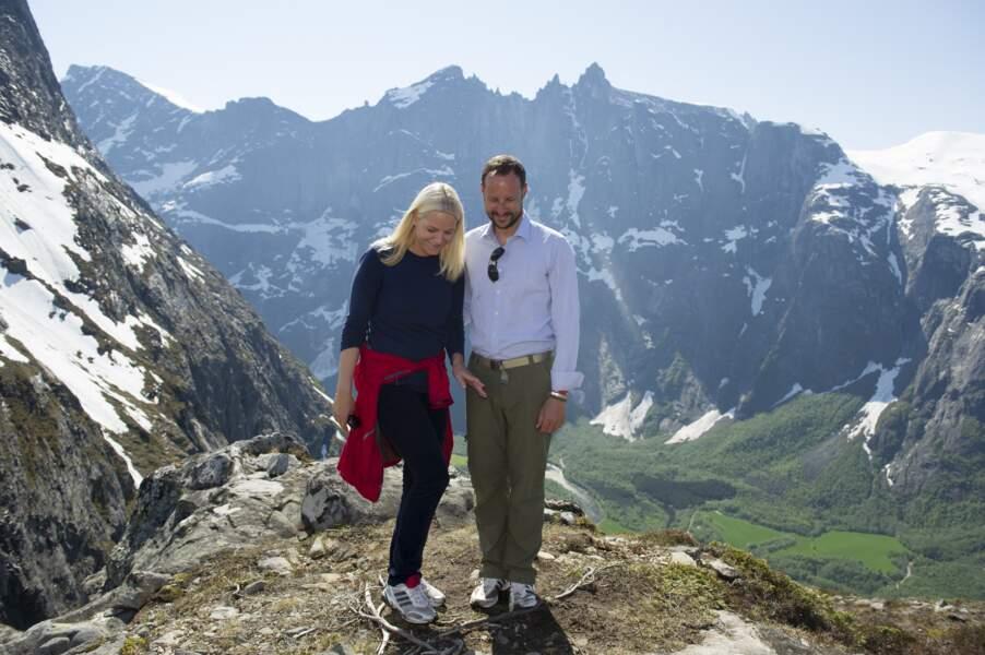 Haakon et Mette Marit de Norvège font de la randonnée avec leurs enfants, le 26 mai 2012