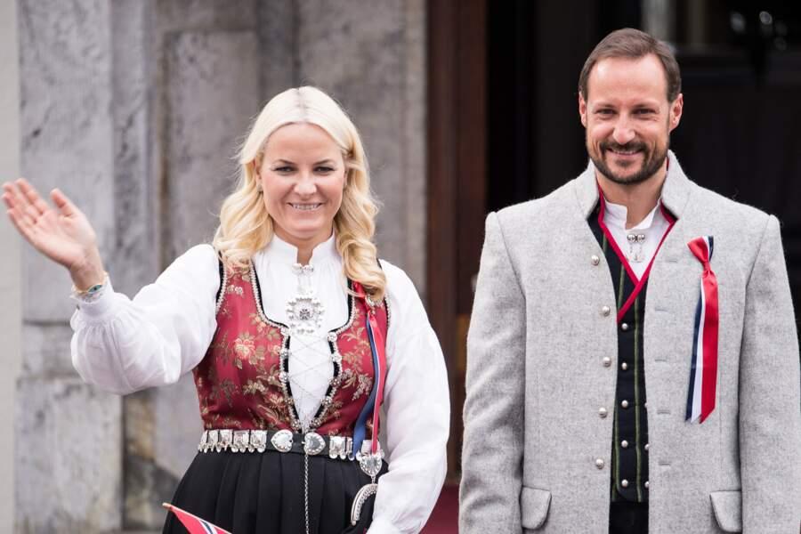 Le prince Haakon et la princesse Mette-Marit célèbrent la fête nationale depuis leur résidence de Skaugum le 17 mai 2013