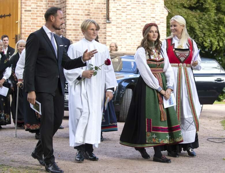 Le prince Haakon de Norvège, la princesse Mette-Marit et leur fille à la confirmation du prince Sverre Magnus à Asker Kirke le 5 septembre 2020.