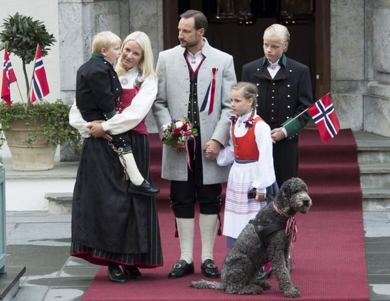 Le prince Haakon, Mette Marit et leurs trois enfants devant leur résidence de Skaugum, à Asker, le 17 mai 2012