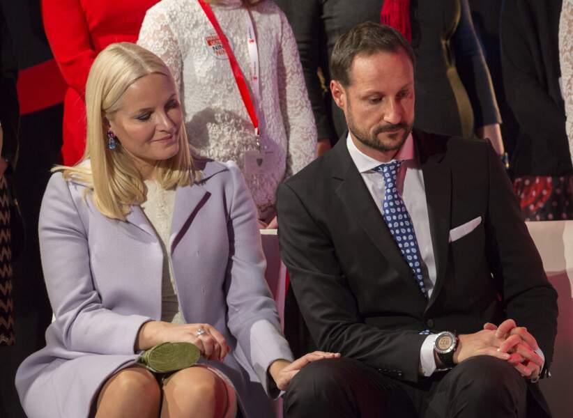 La princesse Mette Marit et le prince Haakon de Norvège lors de l'évènement du prix de la paix de ''Save the Children'' à Oslo, le 10 décembre 2016.