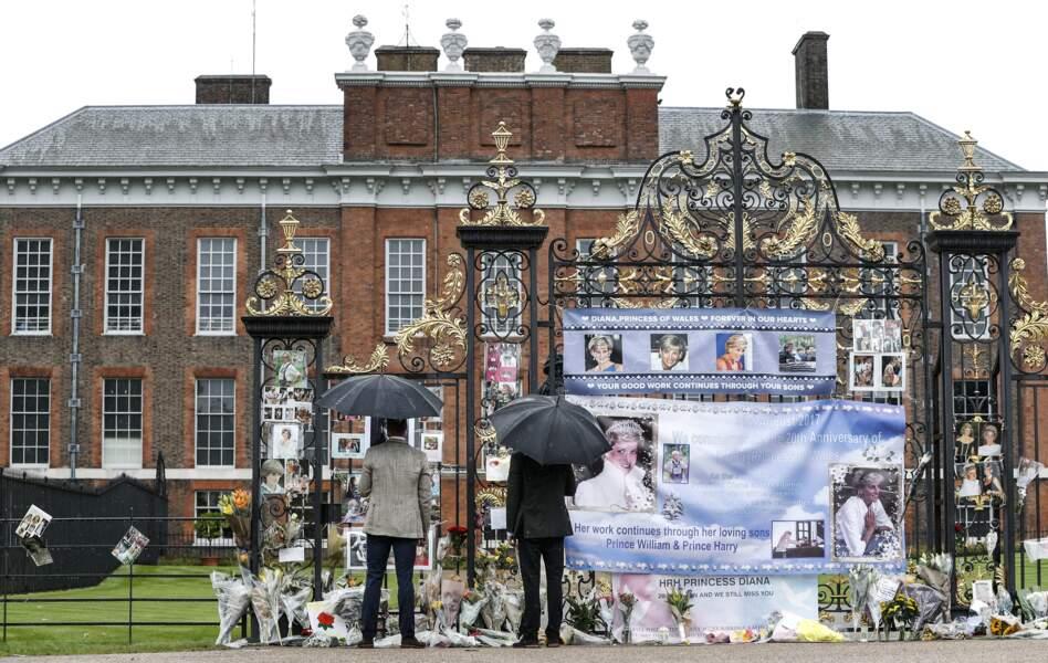 Les princes William et Harry lors d'une promenade dans les jardins du palais de Kensington, le 30 août 2017.