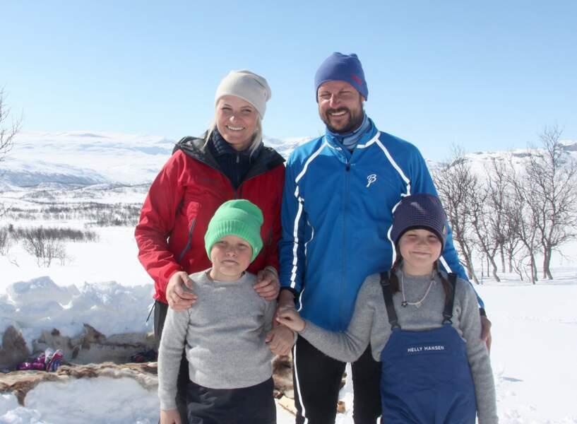 Le Prince Haakon de Norvege, la Princesse Mette-Marit et leurs enfants Ingrid Alexandra et Sverre Magnus assistent a la 50 eme édition de la course de ski Ridderrenn a Beitostolen en Norvege le 13 avril 2014