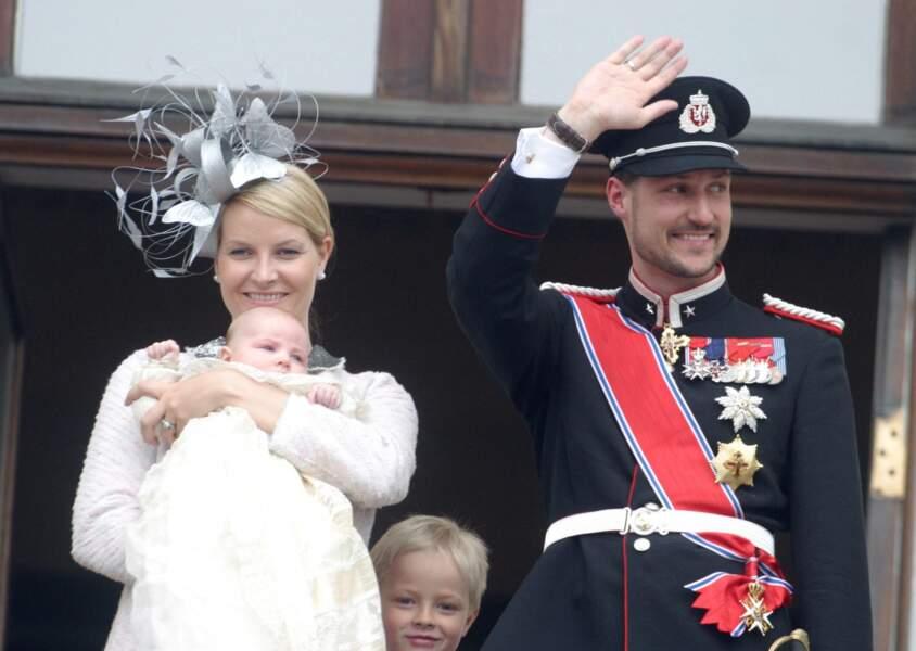 La princesse Mette Marit et le prince Haakon au baptême de leur fille, la princesse Ingrid Alexandra de Norvège, le 15 avril 2004
