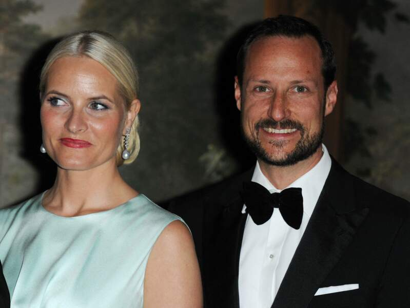 Haakon de Norvège et son épouse, Mette Marit à un dîner en l'honneur du prince Charles d'Angleterre le 20 mars 2012