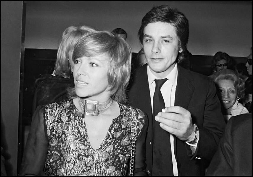 """Nathalie et Alain Delon à la première du film """"Doucement les basses"""" à Paris, en 1971"""