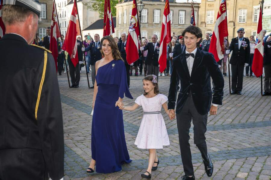 La princesse Marie de Danemark, le prince Nikolai et la princesse Athena lors d'un dîner donné par la reine à l'occasion des 50 ans du prince Joachim de Danemark au château de Amalienborg à Copenhague, le 7 juin 2019.