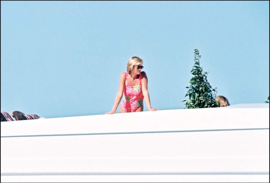 Lady Diana en vacances sur le yatch de son compagnon Dodi Al Fayed en 1997.
