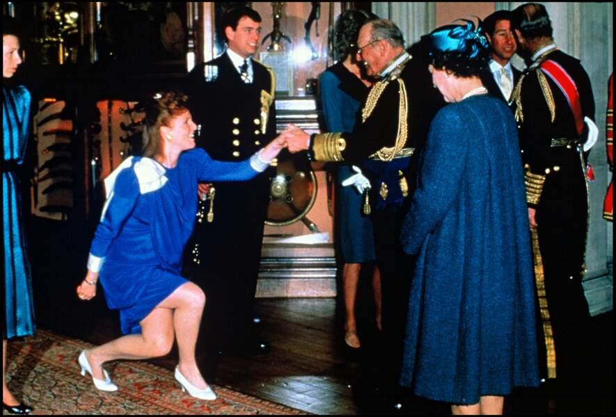 Sarah Ferguson et le prince Andrew devant la reine d'Angleterre