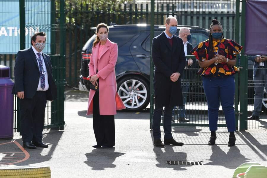 Le duc et la duchesse de Cambridge munis d'un masque en pleine visite
