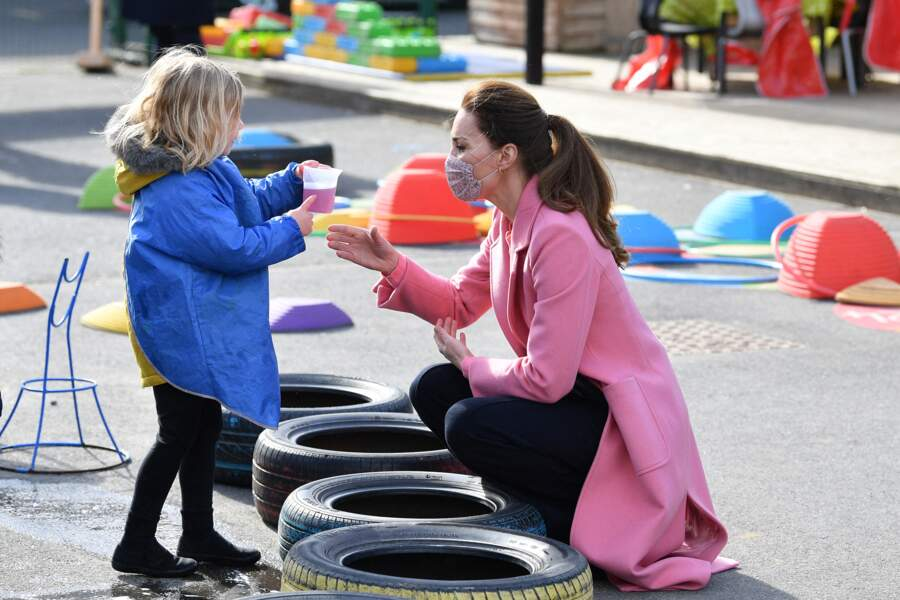 Kate Middleton en compagnie d'une petite fille