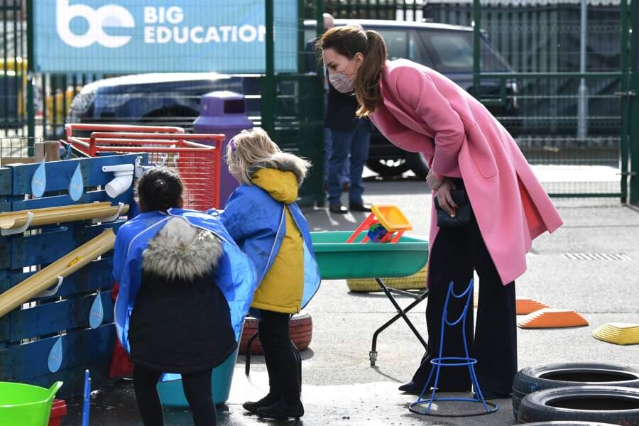 Kate Middleton joue avec des enfants