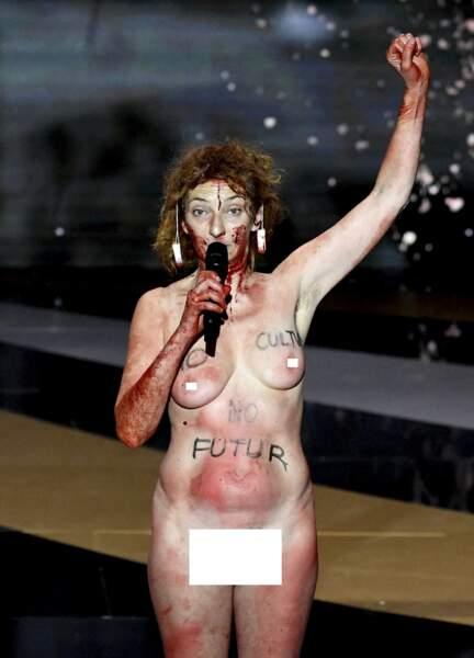Corinne Masiero nue et le point levé à la 46e cérémonie des César le 12 mars 2021