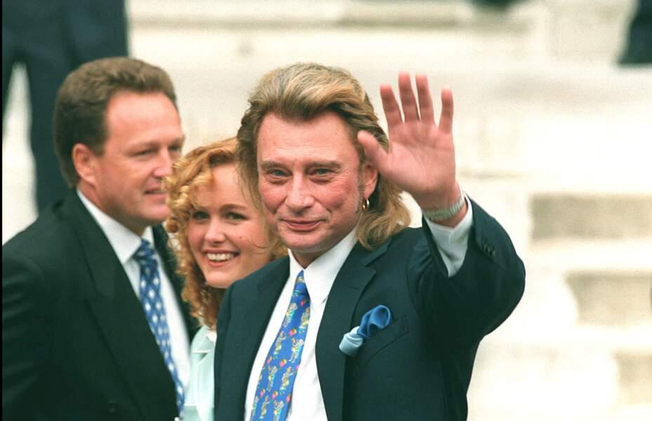 Laeticia Hallyday entre Johnny et André Boudou, à Neuilly-sur-Seine, le 25 mars 1996
