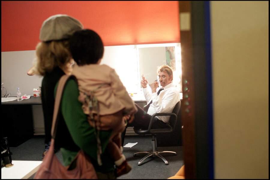 Laeticia, Jade et Johnny Hallyday, dans les coulisses d'une émission de télé honorant Bernadette Chirac, en 2005