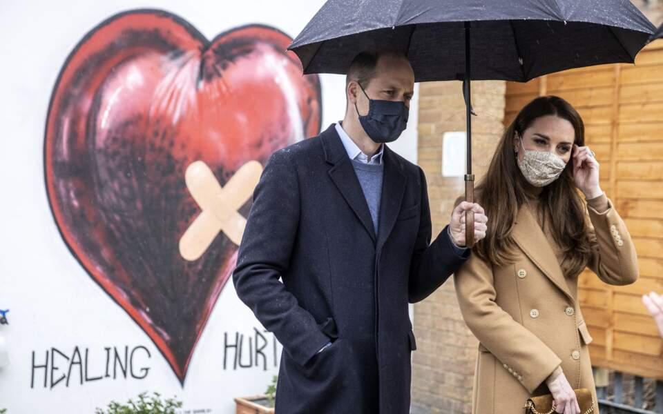 """Sous la pluie, l'établissement """"Newham Ambulance Station"""" de Londres a reçu la visite de Kate et William le 18 mars 2021"""