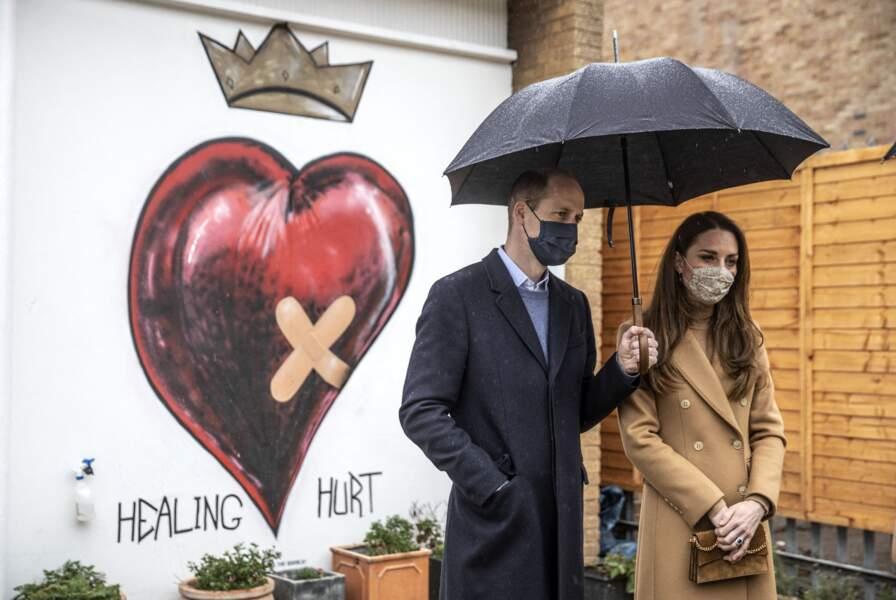 """Le prince William et Kate Middleton en visite à l'établissement """"Newham Ambulance Station"""" à Londres. Le 18 mars 2021"""