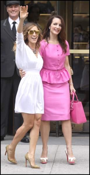 La robe tunique blanche estivale de Carrie Bradshaw (alias Sarah Jessica Parker) a marqué les esprits avec ses jupons à volants.sur le tournage de Sex and the City 2