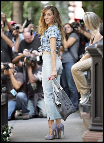 Grâce à sa silhouette longiligne, Carrie Bradshaw (alias Sarah Jessica Parker dans Sex and The City) a marqué les esprits avec ses jupons à volants.ose le chemisier noué