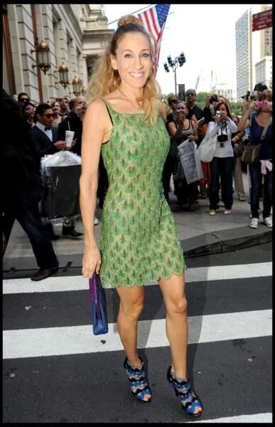 Dans Sex and the City, Carrie Bradshaw (alias Sarah Jessica Parker) dévoile sa silhouette fine avec une robe brodée de perles associée à des escarpins à strass.