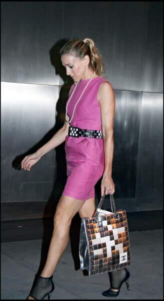 Carrie Bradshaw (alias Sarah Jessica Parker dans Sex and The City ), ose les tenues flashy. Elle ne badine pas sur les accessoires pour personnaliser ses tenues.