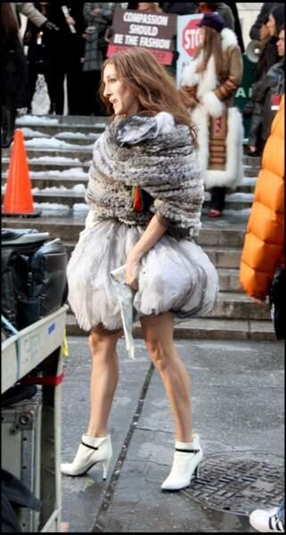 La jupe boule de Carrie Bradshaw Carrie Bradshaw (alias Sarah Jessica Parker ) a marqué les esprits avec ses jupons à volants. dans la série Sex and the City