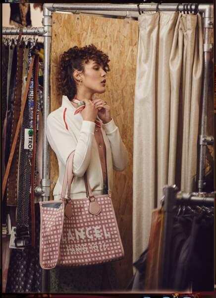 Le foulard vintage signé Rétro est associé à une veste zippée Lacoste, un top en maille Monoprix et une jupe crayon boutonnée Sandro.