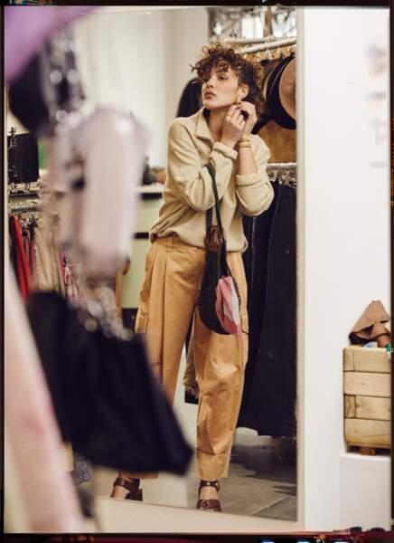 Le pull camionneur vintage Retro est associé au pantalon en coton See by Chloé. En accessoires, la mannequin porte des boucles d'oreilles Bonanza Paris, à gauche bracelet Luj, la bague Thomas Sabo, à droite les bracelets élastiqués en métal recyclé Sigal, un sac filet et détails cuir Longchamp et des sandales See by Chloé.