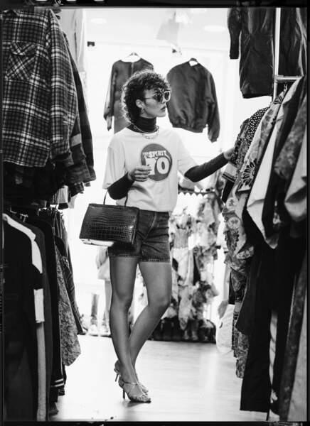Le short en jean Uniqlo et le sac vintage Rétro s'associent à un t-shirt oversize Swildens, un col roulé Majestic Filatures, des solaires Ba&sh et des accessoires Zag Bijoux.