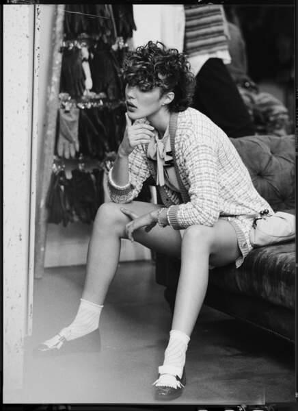 La blouse vintage Rétro est associée au gilet en laine Trendyol, un short en coton, une paire de mocassins Shein et des socquettes Dim.