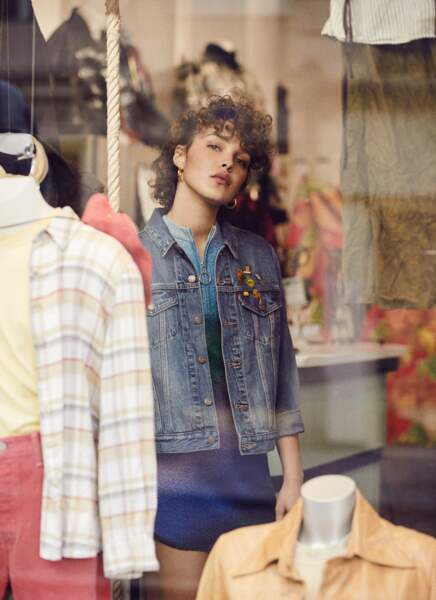 Pièce vintage par excellence : le pins Rétro est associé à l'indémodable veste en jean Levi's, une robe zippée en lurex Maje et des créoles Zag Bijoux.