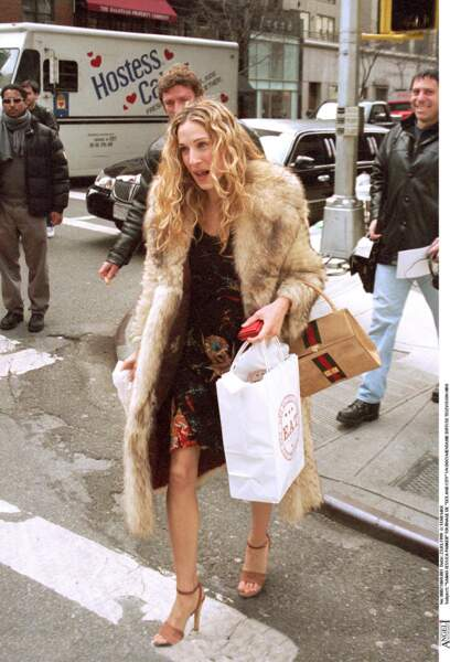 Dès les premiers épisodes de Sex and the City, Carrie Bradshaw (alias Sarah Jessica Parker) imposait son style avec un manteau à fourrure dans les rues de New York.